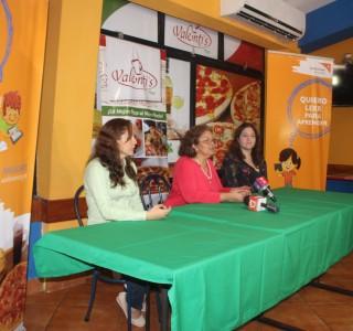 Durante la firma de la alianza estratégica entre Valenti's Pizza y World Vision Nicaragua en apoyo a la campaña Quiero leer para aprender.