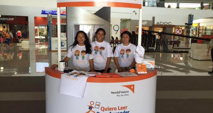Voluntarias de la Upoli en la Tienda que cambia vidas en Galerías Santo Domingo.