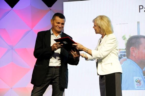 Paulo Uchoa recibe el premio Bob Pierce de manos de Marilee Pierce Dunker, hija del fundador de World Vision, Bob Pierce. Foto: Sebastián Estrada/World Vision