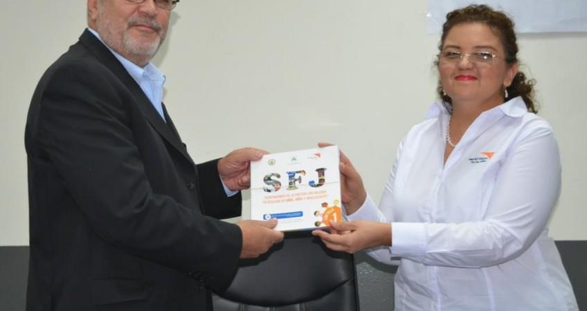 La directora nacional de World Vision, María Haydeé Pereira, hizo entrega de las cartillas al magistrado Marvin Aguilar.