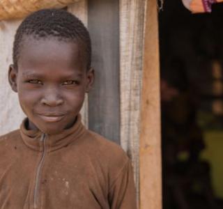 Toto, 8 de 8 años, vive en un centro de protección civil de Naciones Unidas, en Juba, Sudán del Sur, allí vive sin sus padres.  ©World Vision/Stefanie Glinski