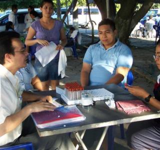 El pastor Erick Lazo ofreciendo consejería pre y post  prueba voluntaria